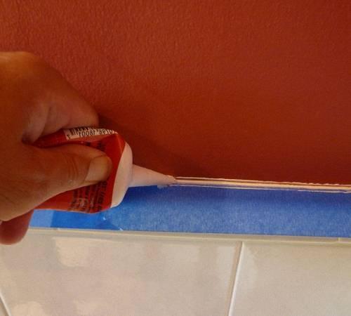 Большая щель между ванной и стеной