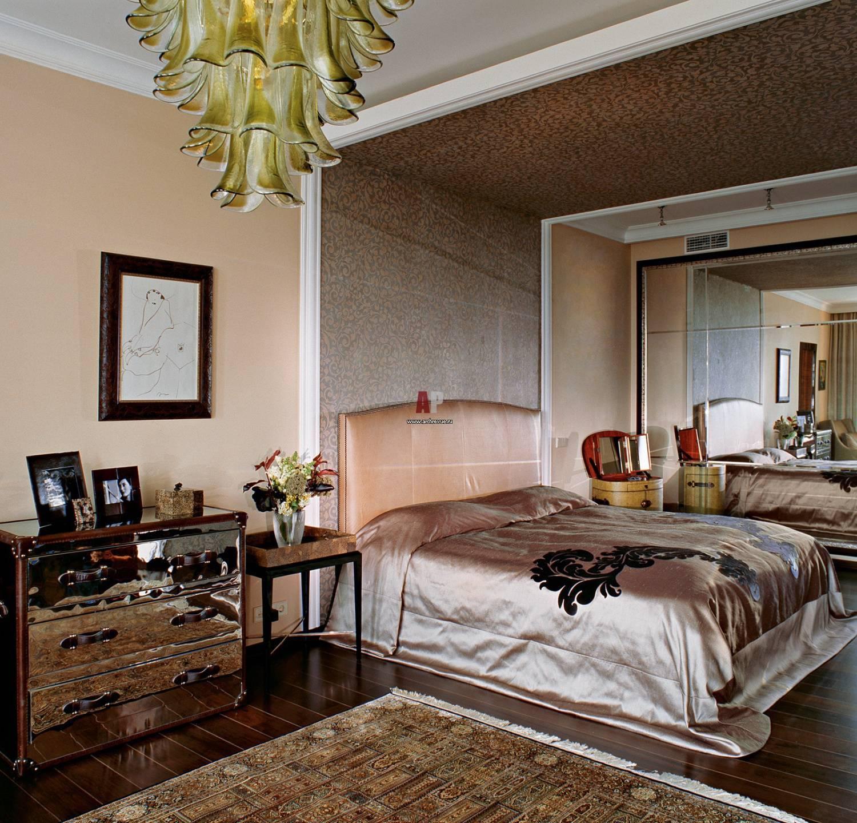 Спальня с молдингами на стенах