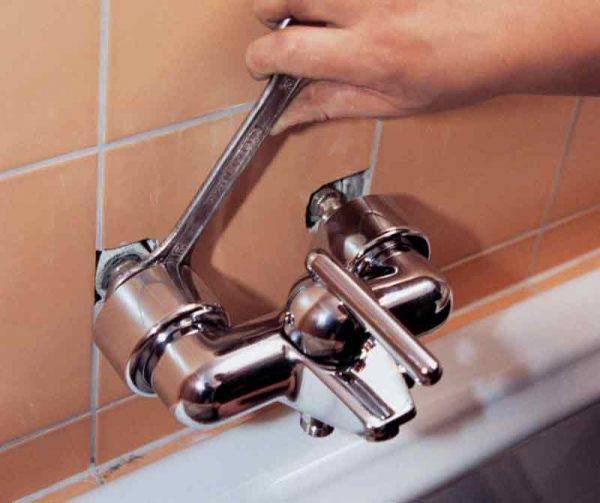 Как закрепить смеситель на стене в ванной
