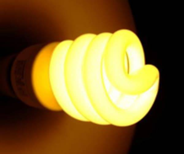 Почему после выключения света мигает электросберегающая лампочка