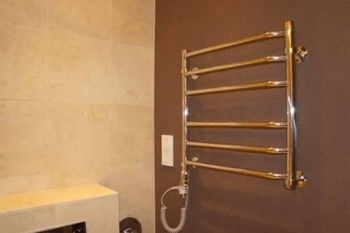 Как поставить полотенцесушитель в ванной видео