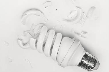 Лопнула энергосберегающая лампочка что делать