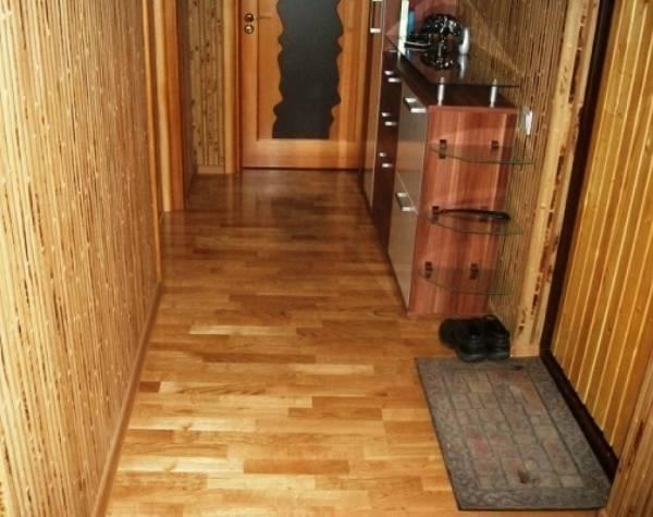 Бамбукові шпалери в коридорі фото