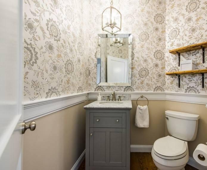 Интерьер туалета в квартире со шкафом