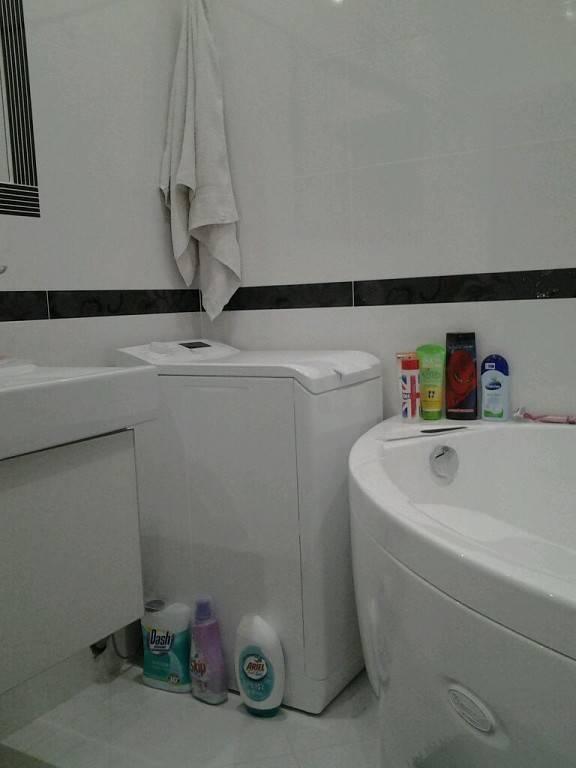 Интерьер ванной комнаты маленького размера с туалетом