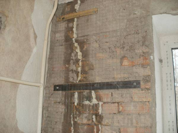 Треснула стена кирпичного дома