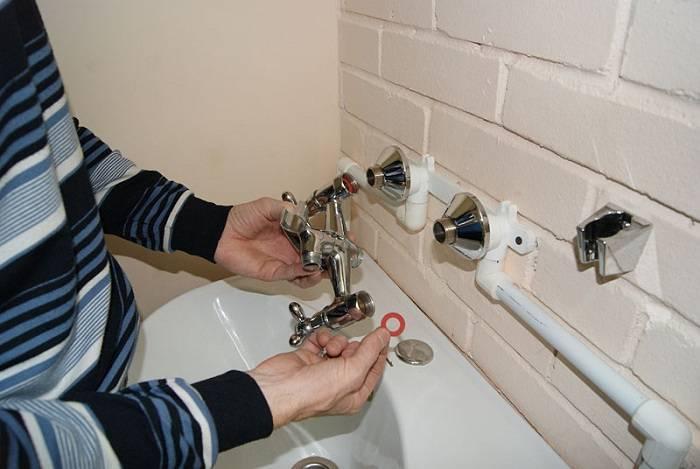 Как поставить смеситель в ванной видео