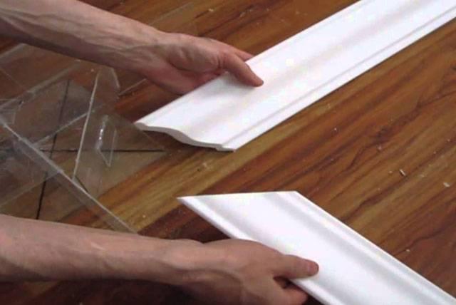 Как приклеить потолочный плинтус в углу видео