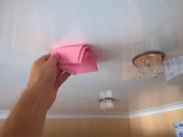 Чем помыть глянцевый натяжной потолок без разводов