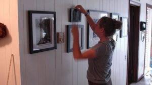 Как повесить рамку на стену без крючка