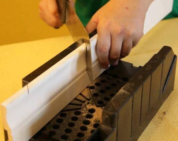 Как клеить плинтуса на потолок видео